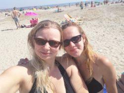 Foto meiner Freundin und mir am Strand